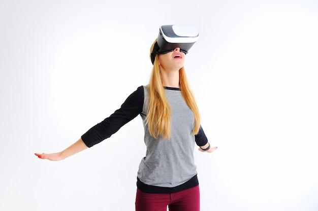 Junges mädchen mit gläsern der virtuellen realität auf weiß Premium Fotos