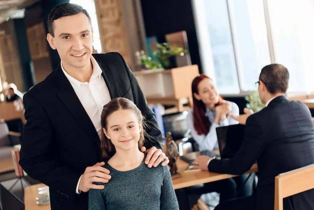 Junges mädchen mit vater im büro des familienrechtsanwalts. Premium Fotos