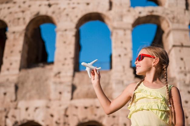 Junges mädchen vor colosseum in rom, italien Premium Fotos