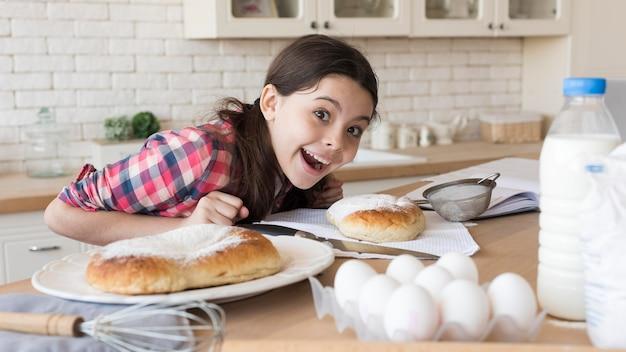 Junges mädchen zu hause kochen Kostenlose Fotos