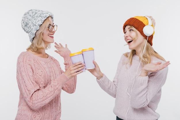 Junges mädchen zusammen mit kaffeetassen Kostenlose Fotos
