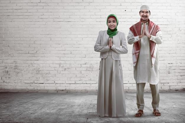 Junges moslemisches paarlächeln Premium Fotos