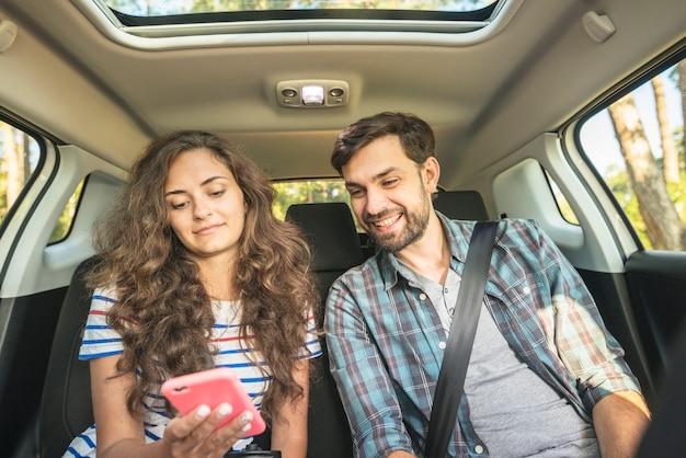 Junges paar auf einer autofahrt Kostenlose Fotos