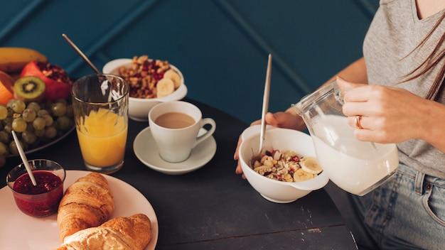 Junges paar beim frühstück Kostenlose Fotos