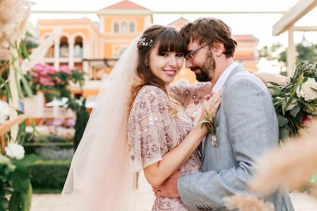 Junges paar, braut und bräutigam, die nahe luxusvilla aufwerfen. hochzeitsdekor. romantische momente. Kostenlose Fotos