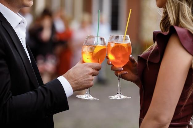 Junges paar, das einen cocktail trinkt Premium Fotos