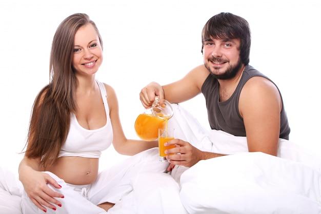 Junges paar, das orangensaft trinkt Kostenlose Fotos