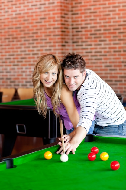 Junges paar, das pool spielt Premium Fotos