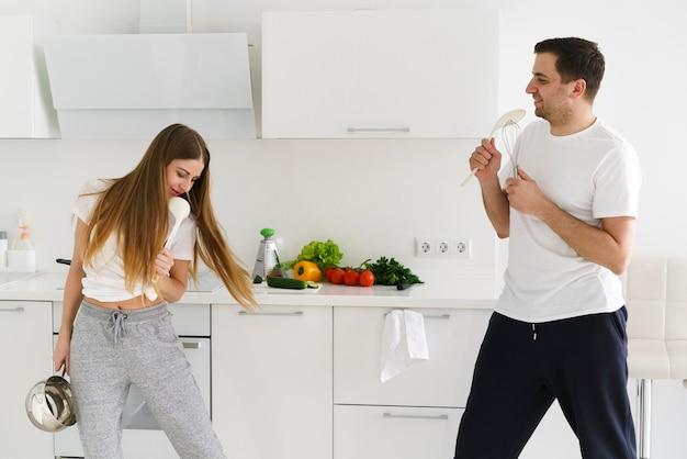 Junges paar, das spaß beim kochen hat Kostenlose Fotos