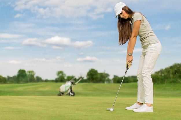 Junges paar, golf zu spielen Premium Fotos