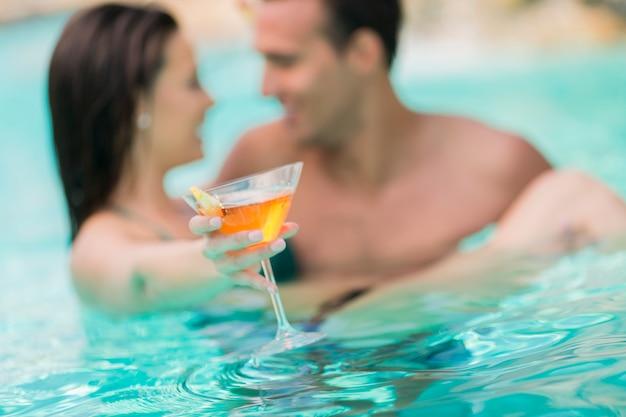 Junges paar im pool Premium Fotos