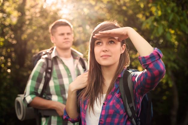 Junges paar im wald bei sonnenuntergang Kostenlose Fotos