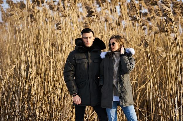 Junges paar im winter im freien Premium Fotos