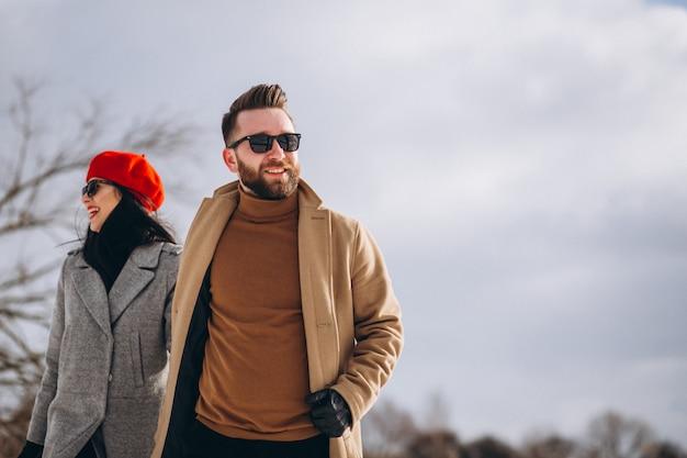 Junges paar im winterpark Kostenlose Fotos