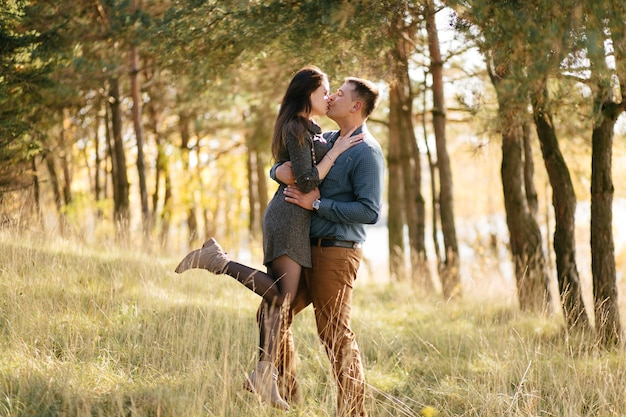 Junges paar in der liebe. eine liebesgeschichte im herbst forest park Kostenlose Fotos