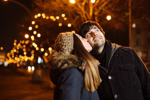 Junges paar in der liebe im freien Kostenlose Fotos