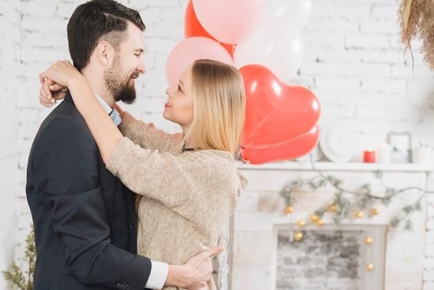 Junges paar in liebe umarmen Kostenlose Fotos