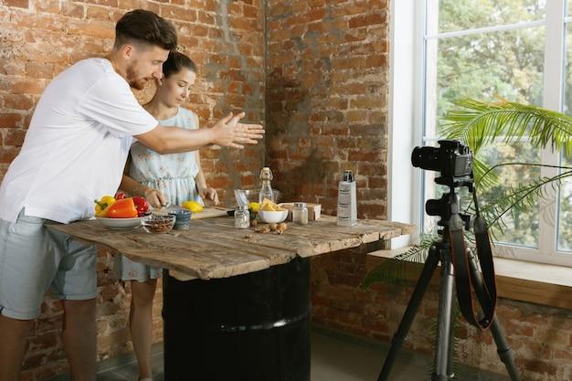 Junges paar kocht und nimmt live-video für vlog und soziale medien auf Kostenlose Fotos
