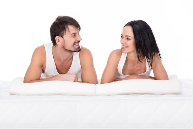 Junges paar liegen zusammen auf der matratze. Premium Fotos