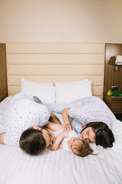 Junges paar mit baby am morgen Kostenlose Fotos