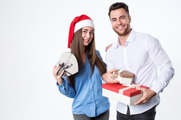 Junges paar mit geschenken Premium Fotos