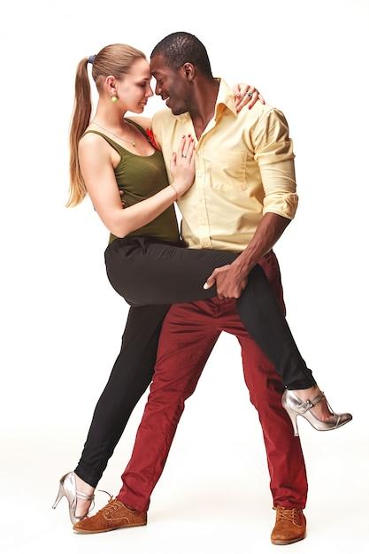 Junges paar tanzt karibische salsa Kostenlose Fotos