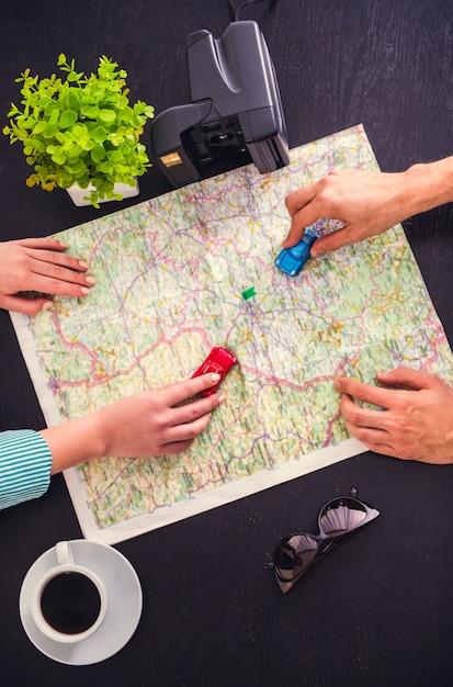 Junges paar wählt einen ort zum reisen mit karte. Premium Fotos