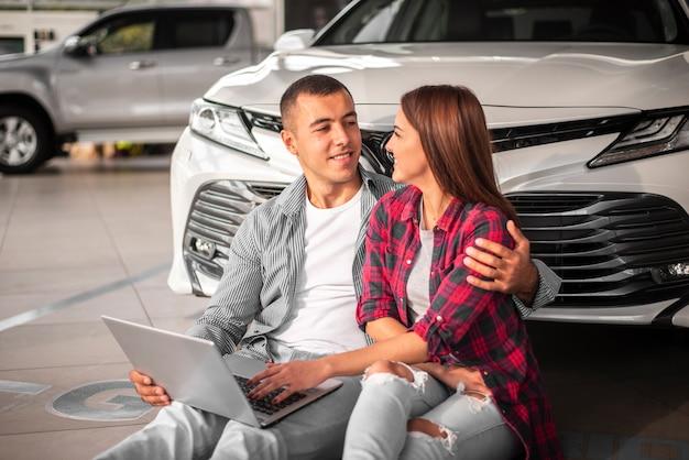 Junges paar zusammen im autohaus Kostenlose Fotos