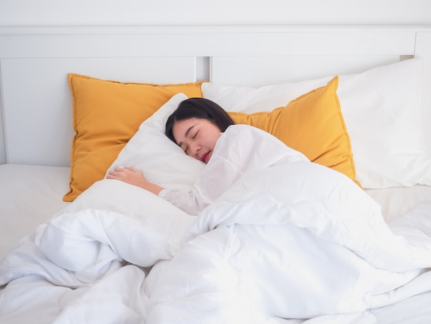 Junges schönes mädchen, das im schlafzimmer schläft Premium Fotos