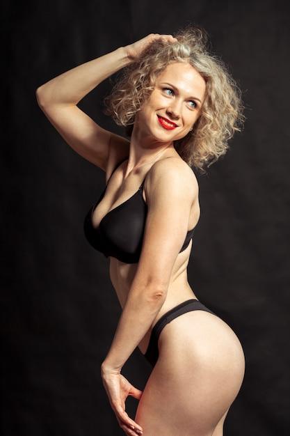 Junges schönes nacktes mädchen lokalisiert auf einem schwarzen Premium Fotos