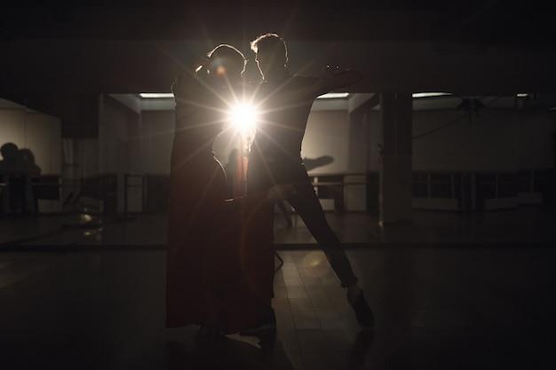 Junges schönes paar, das mit leidenschaft tanzt Kostenlose Fotos