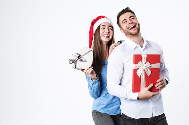 Junges schönes paar mit geschenk Premium Fotos
