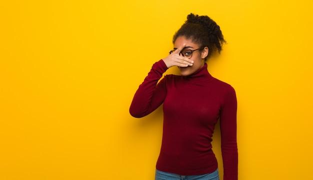 Junges schwarzafrikanermädchen mit blauen augen gleichzeitig verlegen und lachend Premium Fotos