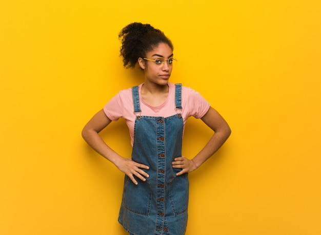 Junges schwarzafrikanermädchen mit blauen augen jemanden schelten sehr verärgert Premium Fotos