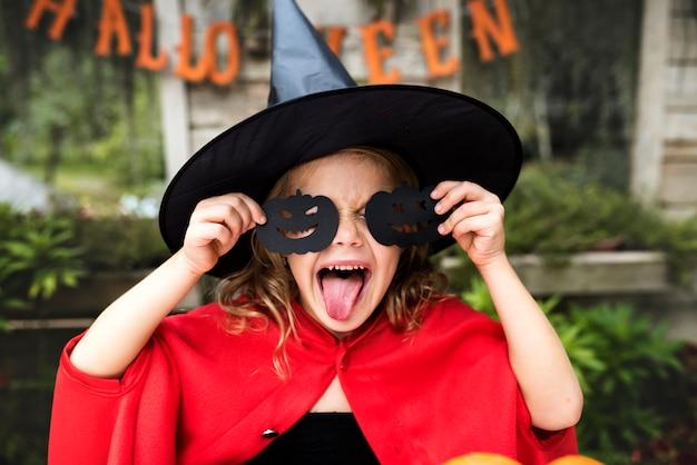 Junges spielerisches mädchen, das halloween genießt Kostenlose Fotos