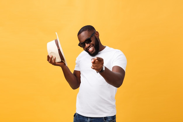 Junges spitzentanzen des schwarzen mannes lokalisiert auf einem gelben hintergrund. Premium Fotos