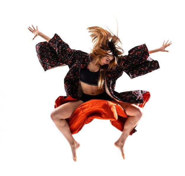 Junges tanzmädchen mit dem kimonospringen Premium Fotos