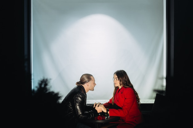 Junges verliebtes paar an einem romantischen date am abend Premium Fotos