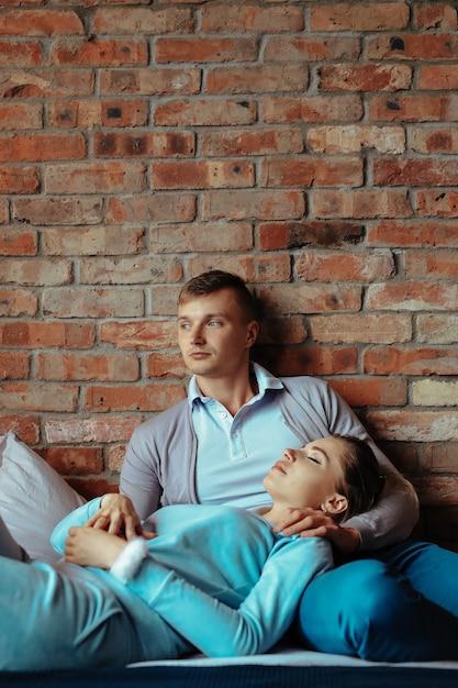 Junges verliebtes paar, das zeit zusammen verbringt. schöne frau und schöner mann, die intime momente zu hause haben Kostenlose Fotos