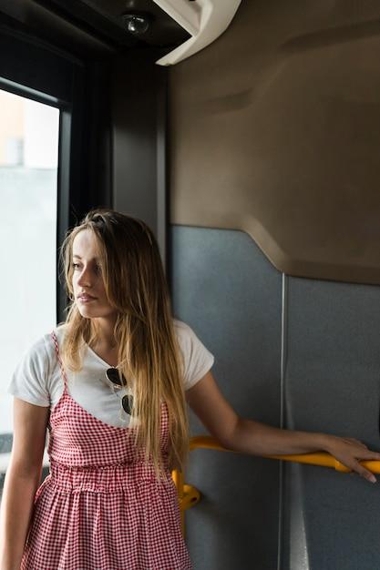 Junges weibliches modell im bus Kostenlose Fotos