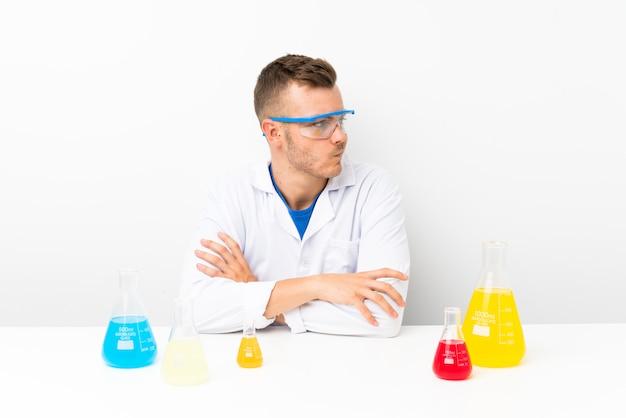 Junges wissenschaftliches mit lots laborflasche eine idee denkend Premium Fotos