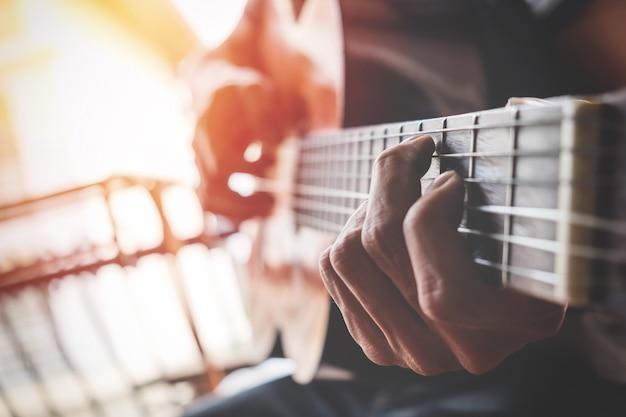 Jungs hand mit einer gitarre Kostenlose Fotos