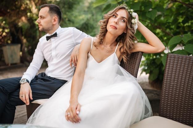 Jungvermähltencoupé, das auf einem sofa verärgert an einander mitten in einem streit sitzt Premium Fotos