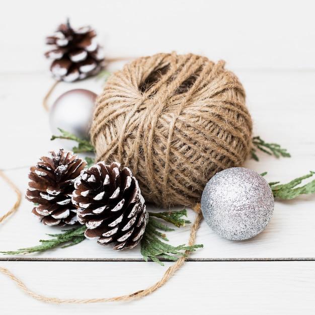 Jute-seilspule zwischen weihnachtsdekorationen Kostenlose Fotos