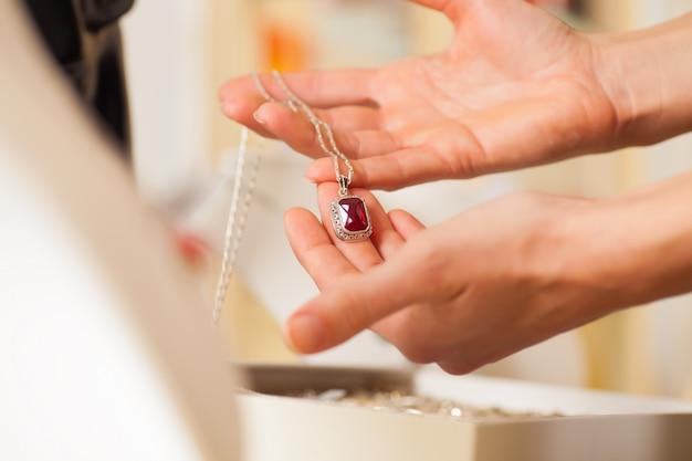 Juwelierin präsentiert schmuck Premium Fotos
