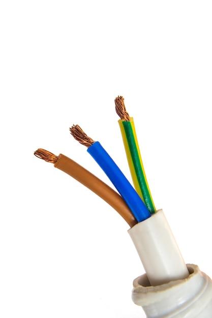 Kabel mit elektrischen drähten verschiedener farben auf weißem hintergrund Premium Fotos
