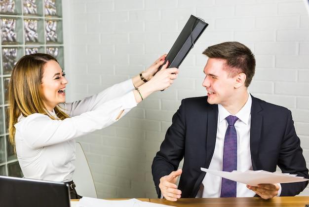 Kämpfe im büro Premium Fotos