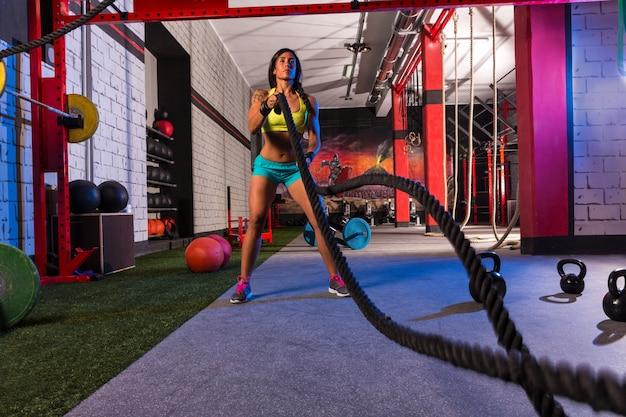 Kämpfende seile mädchen im fitnessstudio trainieren Premium Fotos
