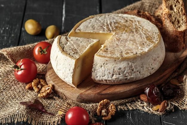 Käse auf dem holztisch Premium Fotos