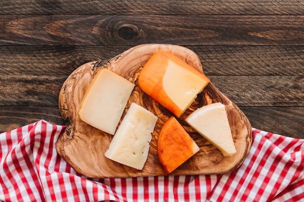 Käse auf holz nahe serviette Kostenlose Fotos